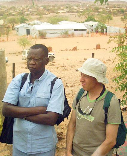 Monsieur KEMTA (à gauche) lors d'une visite à l'Est du Tchad en 2009)