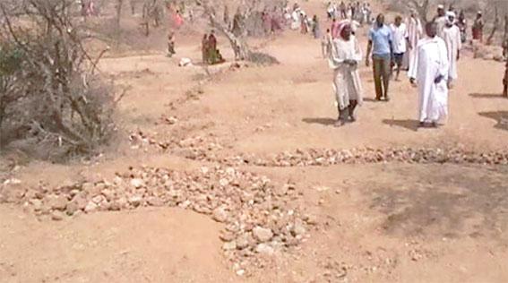 Fodoul Doutoum, le chef du canton Molou visite la piste en reconstruction