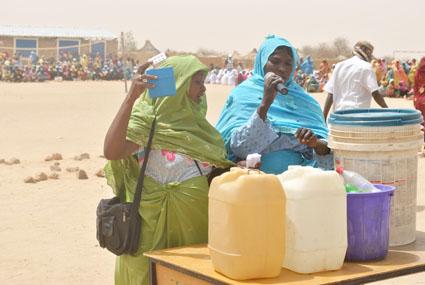 Grâce à l'auto prise en charge, les réfugiés effectuent eux-mêmes le test du chlore dans l'eau de boisson